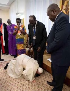 papa bacia piedi leader sudan